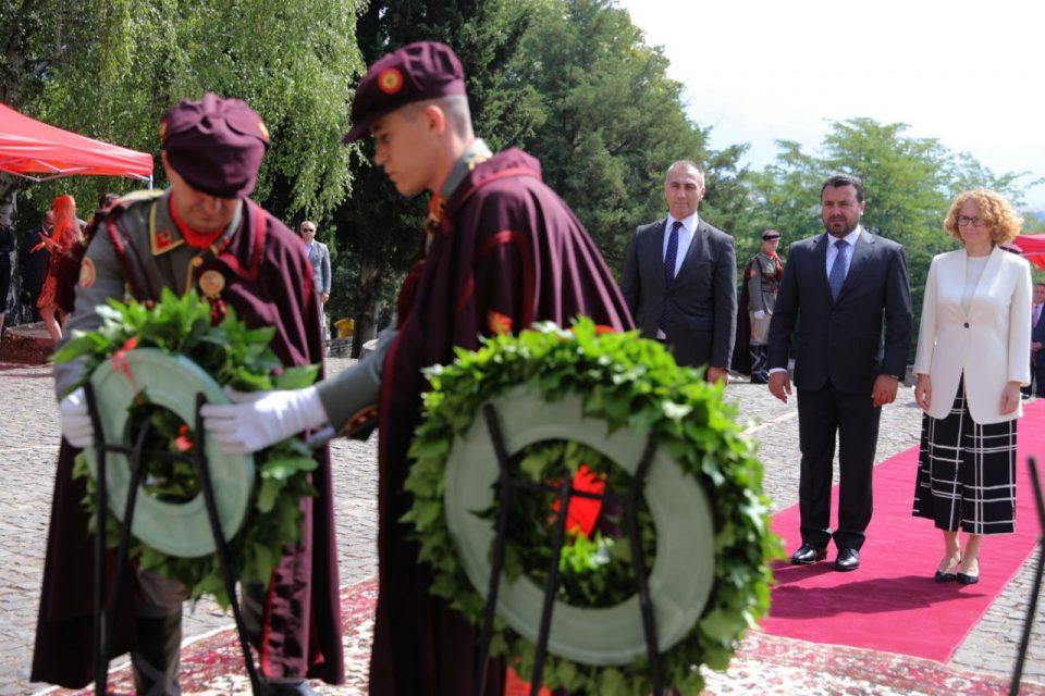 Заев и Шилегов заедно се поклонија пред жртвите во скопскиот земјотрес