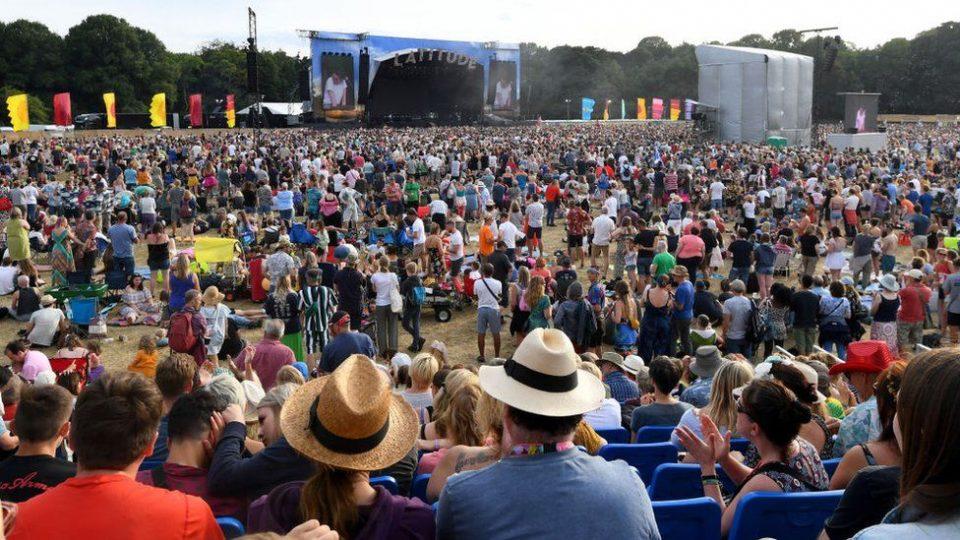 И покрај големиот раст на новозаболени, во Англија се организира фестивал со 40.000 луѓе