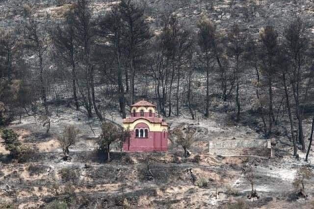 Се случи чудо во Евиа, пожарот го заобиколи манастирот Свети Давид, а се наоколу пеплоса