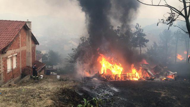 Ново видео од Кочани – ветарот му помага на огнот
