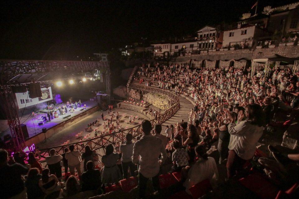 """Изворниот македонски мелос презентиран од """"Синтезис"""" одекна на Античкиот театар во Охрид"""