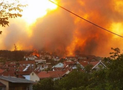 Пожарот во Кочани стигна до првите куќи во градот, жителите молат за помош
