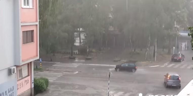 Невреме во Србија, откорнати дрвја и прекин на електричната енергија