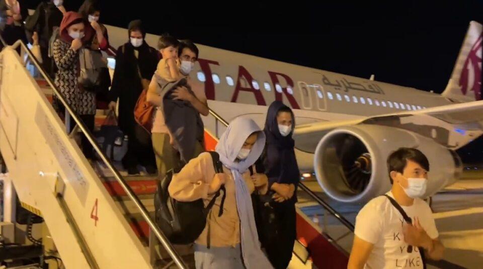 Во Албанија пристигнаа уште две групи Авганистанци, до сега вкупно 275