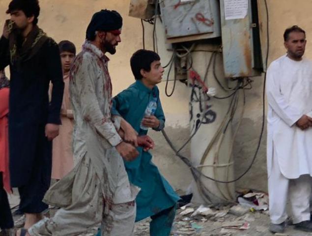 """Борис Џонсон вети дека ќе продолжи со евакуацијата од Кабул и по """"варварскиот"""" напад врз аеродромот"""