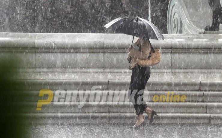 Се очекуваат поројни дождови и грмежи во недела