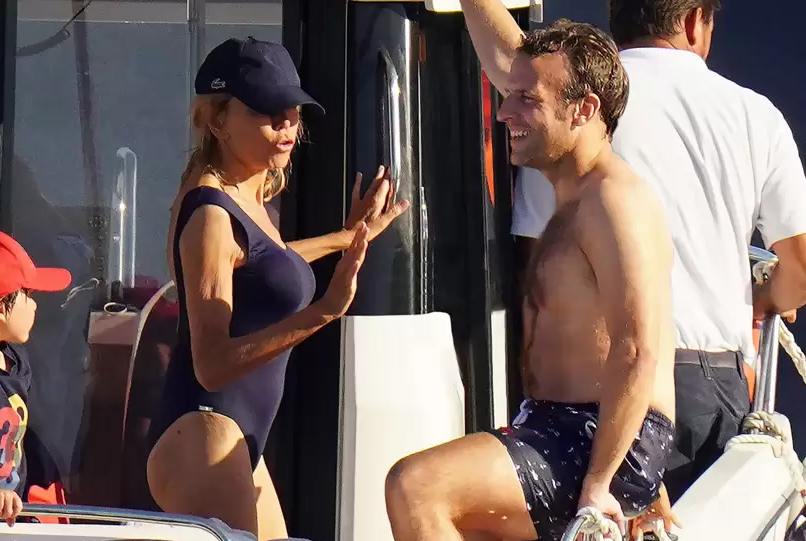 Макрон и сопругата уживаат на плажа: 25 години повозрасната Брижит ги плени сите погледи