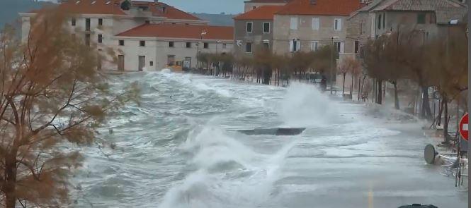 Уништени градини, скршени гранки од дрвја, многу населени места се без струја по невремето во Хрватска