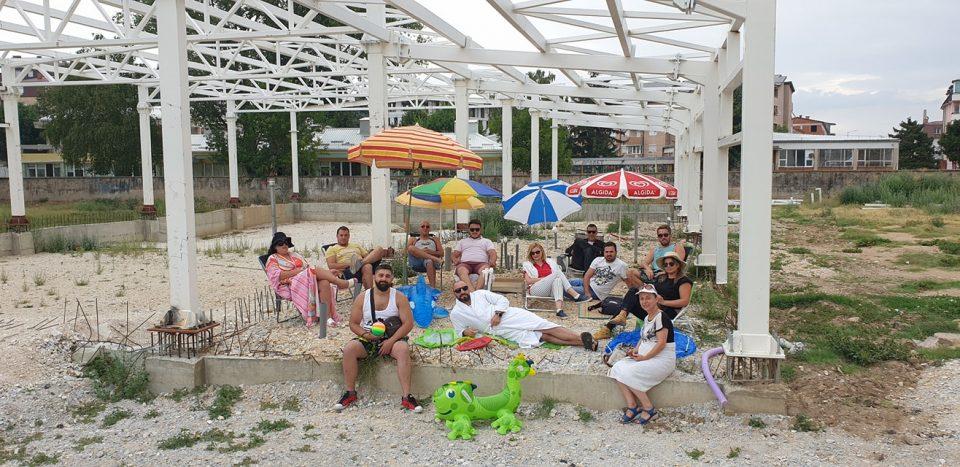 """Битолчани ги прославија собраните потписи на """"новиот базен"""""""