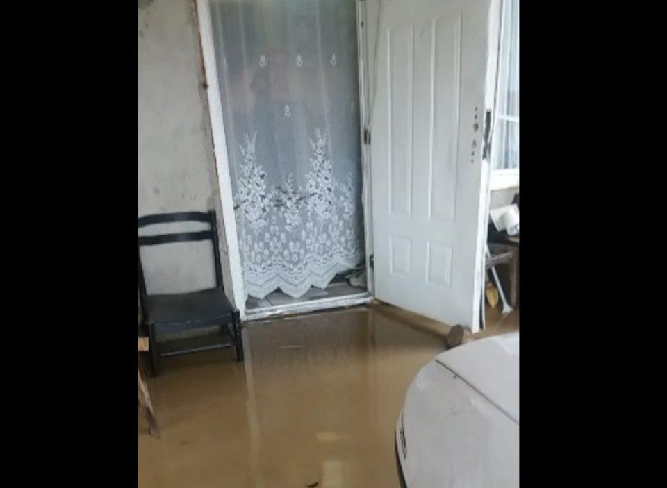 Струја ќе ми ги утeпa децата, се пожали жител на Шутка – населбата, улиците и домовите пливаат во вода