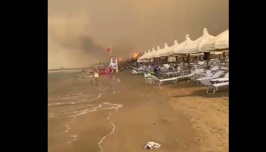 Гори Италија, се евакуираат туристи