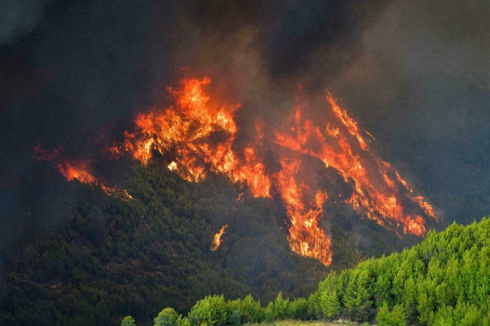 Пожарите на грчкиот остров Евија го опколија манастирот: Монаси одбиваат евакуација