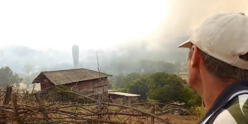 Пожарот во Пасјак ги зафати куќите, селото евакуирано, селаните велат хеликоптерот е повлечен, никој не гаси