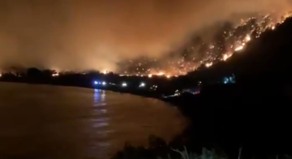 По хотелите во Анталија, од пожарите загрозена и термоцентрала во Турција