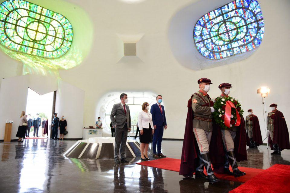 Владина делегација положи венци свежо цвеќе на историските спомен обележја посветени на Илинден во Крушево