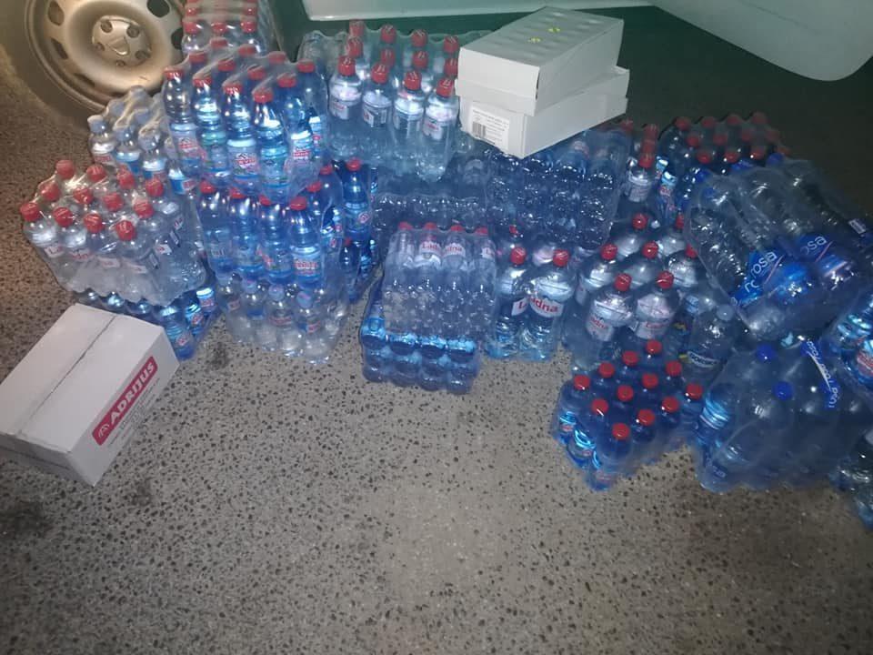 Отец Оливер моли за вода, леден чај, сокови и конзевирана храна за пожарникарите и доброволците