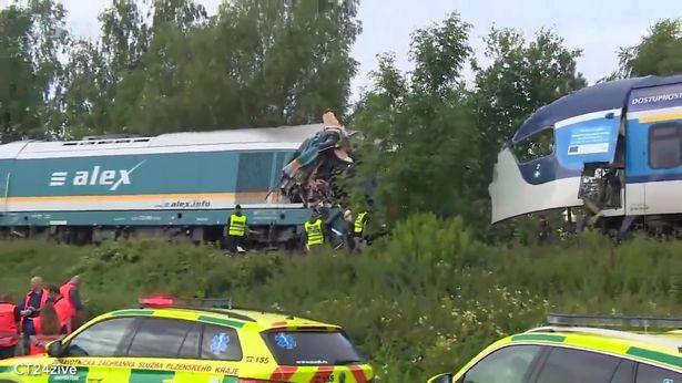 Директен судир на два воза во Чешка: Тројца загинати и десетици повредени