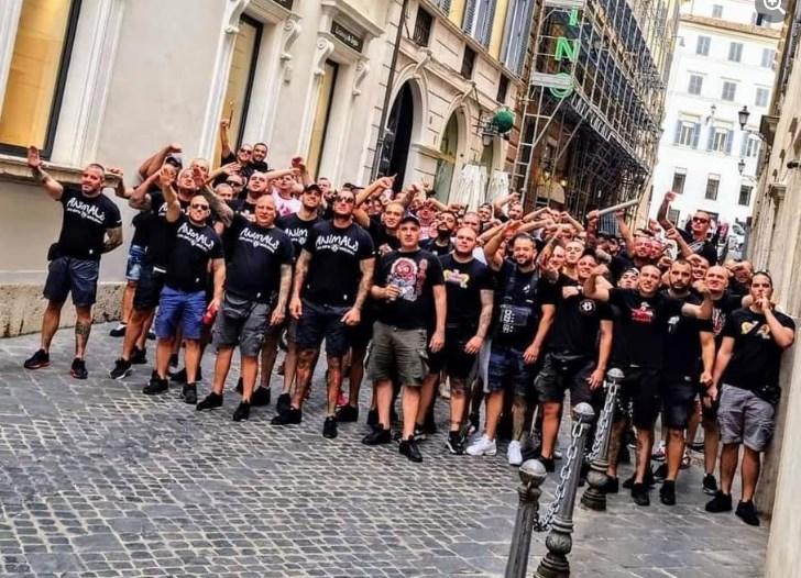 Навивачите на ЦСКА Софија со нацистички поздрав среде Рим