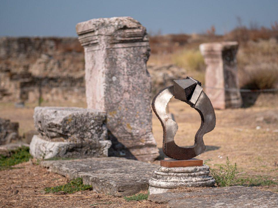 Изложба на Петар Хаџи Бошков на археолошкиот локалитет Стоби: Спој на два света – античкиот со модерниот