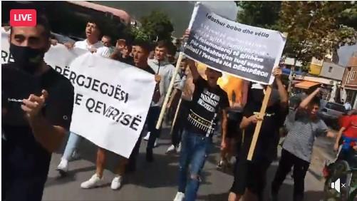 Граѓани фрлаа со јајца кон зградата на Општина Тетово, бараа оставка од градоначалничката и од Владата