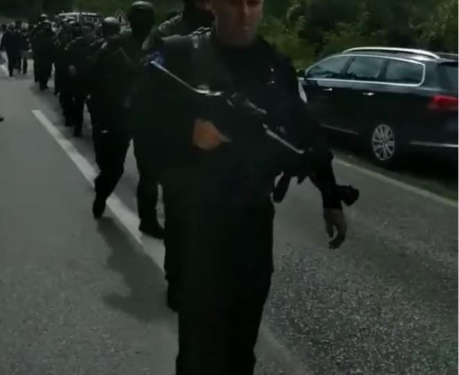 Србите се подбиваат со косовските специјалци на границата: Еве го Рамбо!