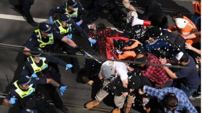 Демонстрантите трет ден по ред излегоа на протест во Мелбурн против задолжителната вакцинација за Ковид-19
