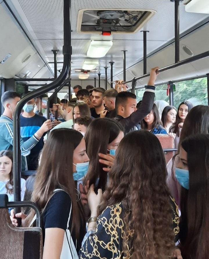Автобусите преполни со средношколци, ЈСП вози по неделен возен ред