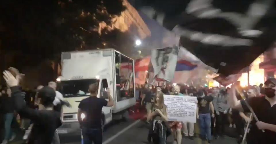 Хаос во Белград: Антиваксерите на улица, расчинетиот монах Антоније фрла јајца кон полицијата и кон новинарите