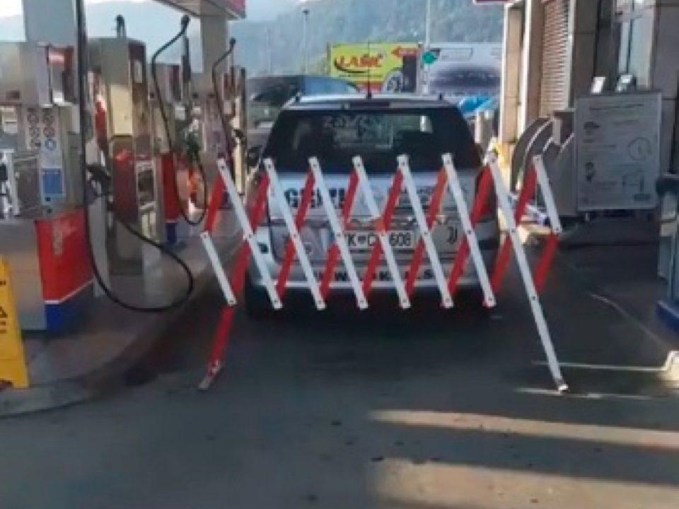 Маж се заклучил во автомобилот на бензиска, откако одбиле да му наточат бензин без ковид-сертификат