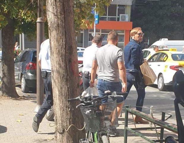 И Боки 13 фотографиран на улица, но со полициска придружба и пред влез на болница