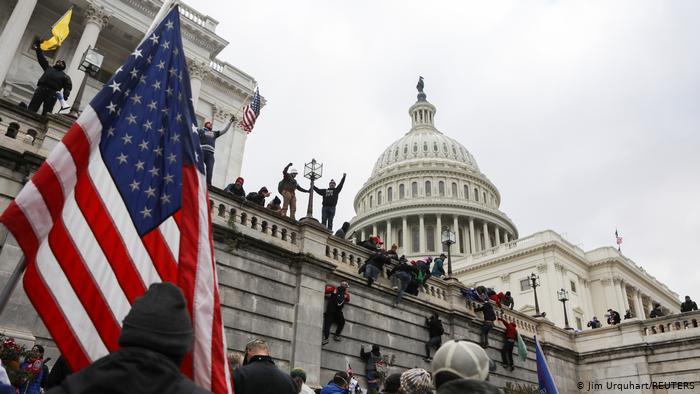 Соработници на Трамп повикани на испитување за упадот во Капитол