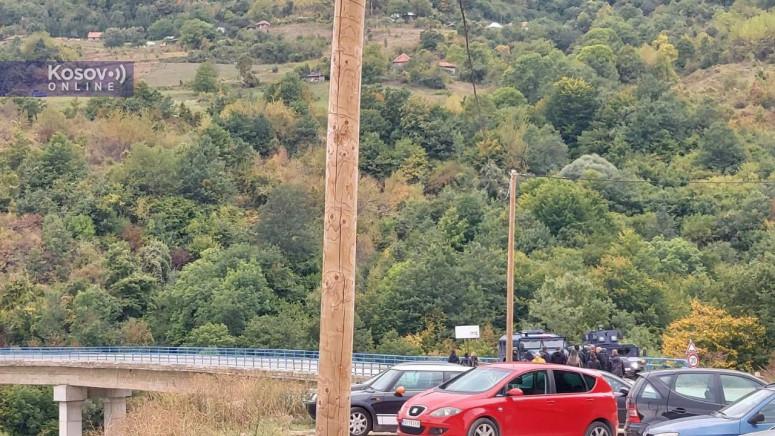 Полицијата се обидела да извлече Србин од автомобил на Косово