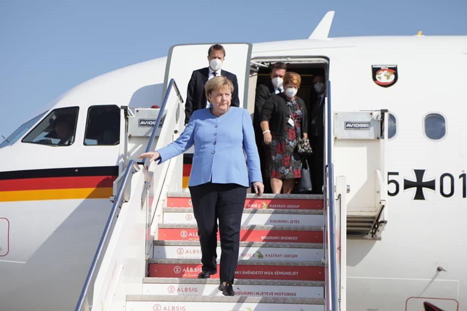 Меркел пристигна во Тирана, пречекана е со огромни мерки на безбедност