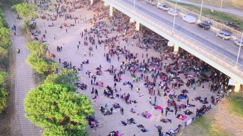 Мигрантски проблем за Бајден: Илјадници луѓе се собраа под мост на границата со Мексико
