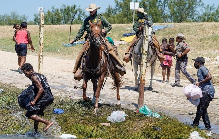 Тексашки ренџери камшикуваa мигранти од Хаити, Белата куќа згрозена