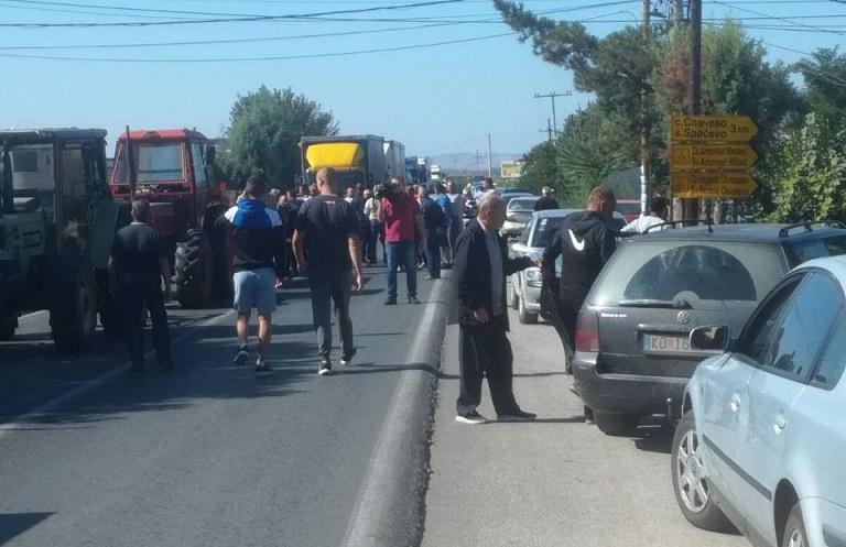 Блокада на патот Штип-Кочани: Оризопроизводителите го извадија револтот на улица