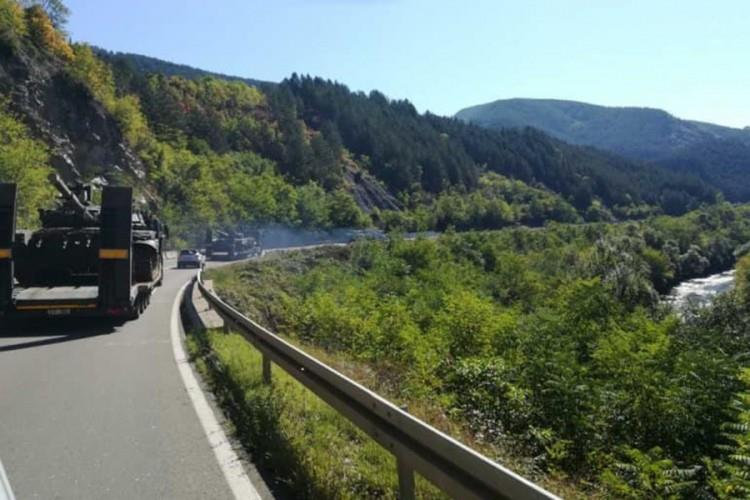 Србија пренесува тенкови кон косовската граница