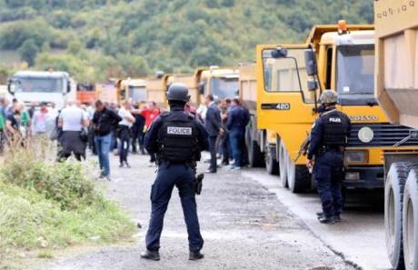 Седми ден протести во северниот дел на Косово, надлетуваат српски воени авиони, војската ја зголеми борбената готовност