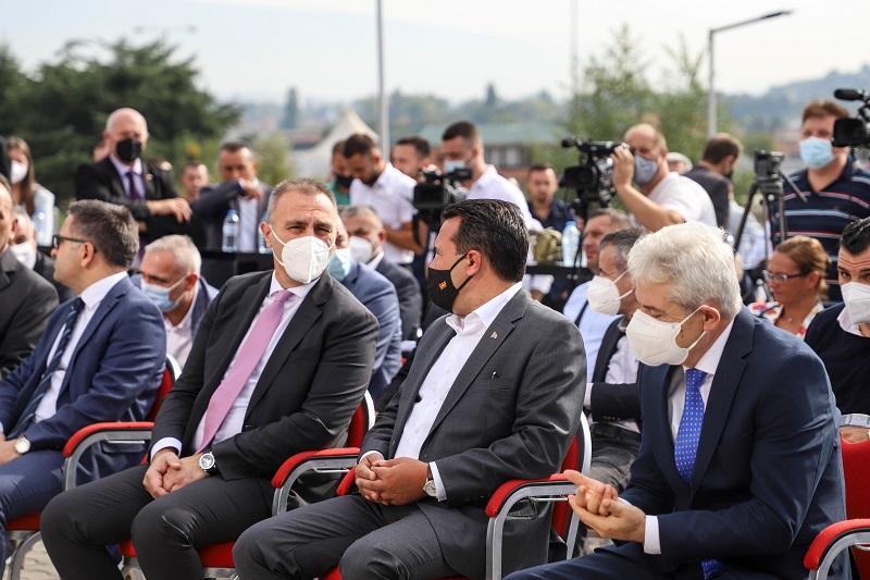 Министрите од ДУИ на чело со Ахмети и Груби ги прошетаа Заев и Шилегов во фабрика во Сарај
