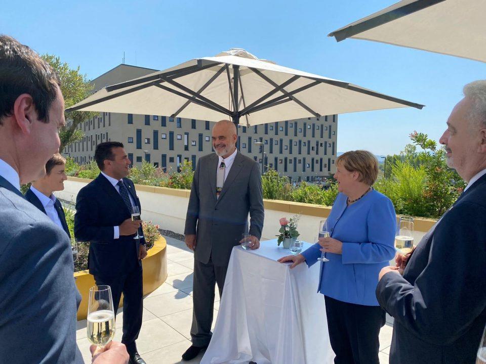 Заев: Пријателска атмосфера на работниот ручек со Меркел во Тирана